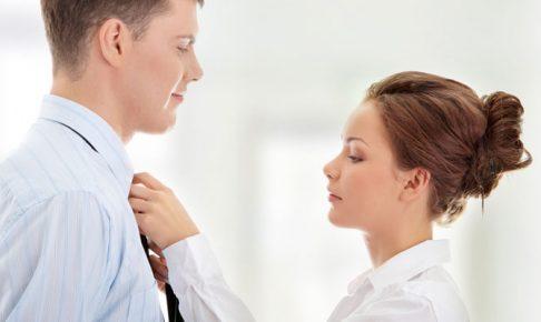 男のネクタイを締める女