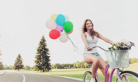 自転車に乗る女
