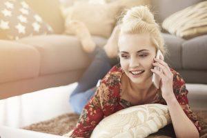 電話している女