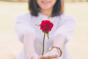 花を渡す女