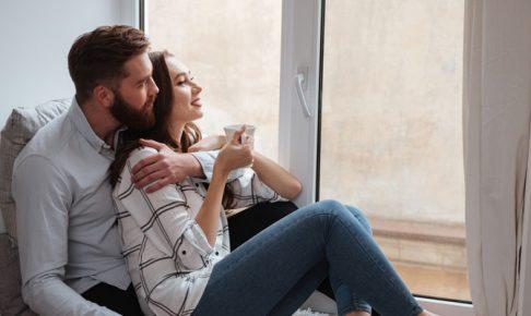 窓の外を見るカップル