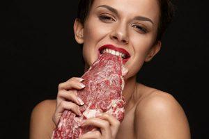 肉に食らいつく女