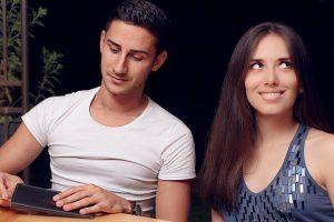 財布を見る男と呆れる女
