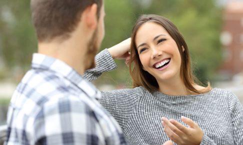 笑顔で話を聞く女性
