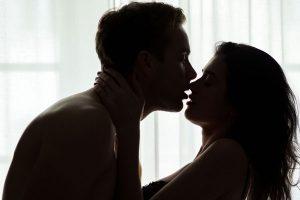 キスする男女の影