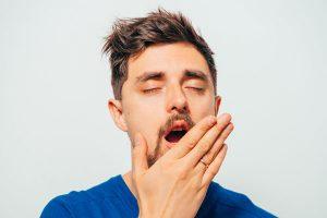 あくびをする男