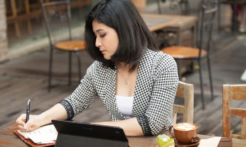 カフェで仕事する女