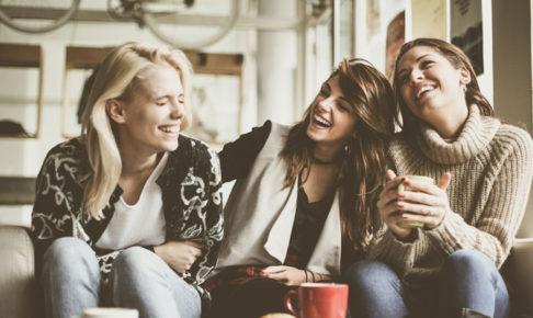 会話を楽しむ女達