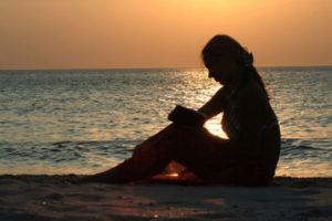 ビーチに座る女