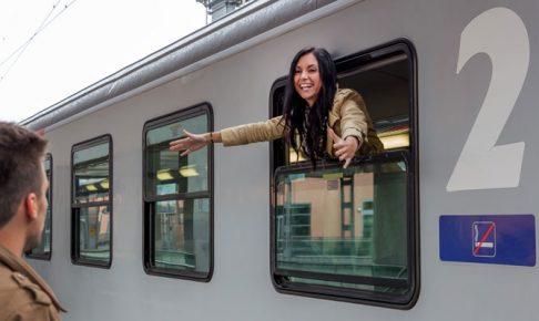電車から顔を出す女