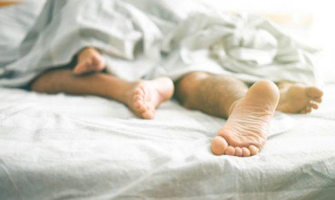男と女の足