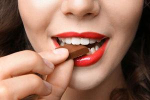 チョコを食べる女
