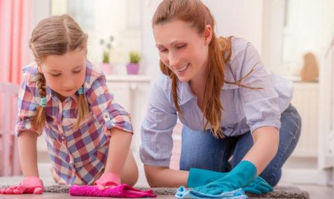 子供に掃除を教える母