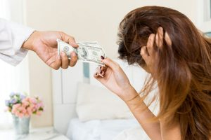 お金を渡す女