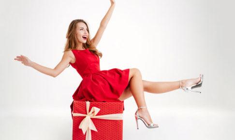 プレゼントの上に乗る女