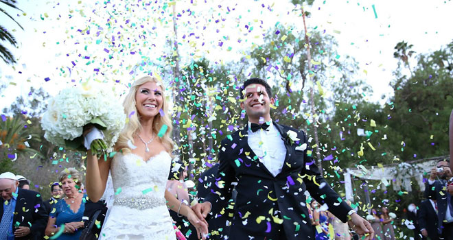 結婚式をしている新郎新婦