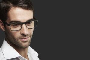 メガネをかけた男