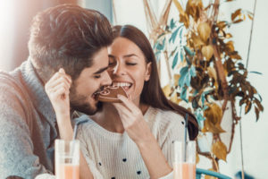 チョコを食べるカップル