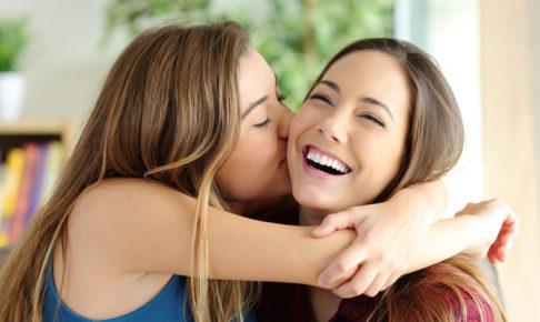 抱き合う女の子達