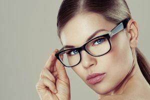 メガネをしている女