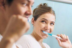 歯を磨くカップル