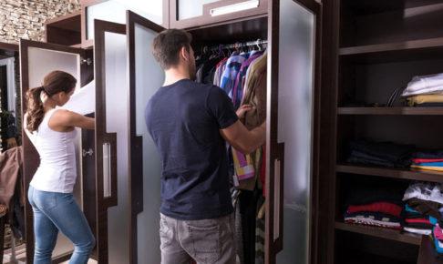 服を整理している男女