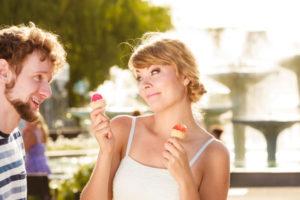 アイスを持っているカップル