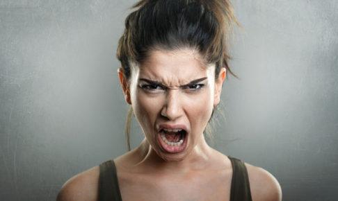怒っている女