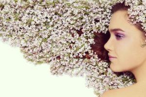 女性の横顔と花