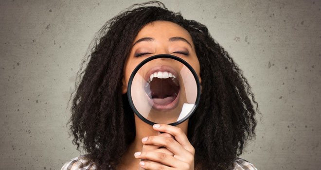 歯を強調している女性