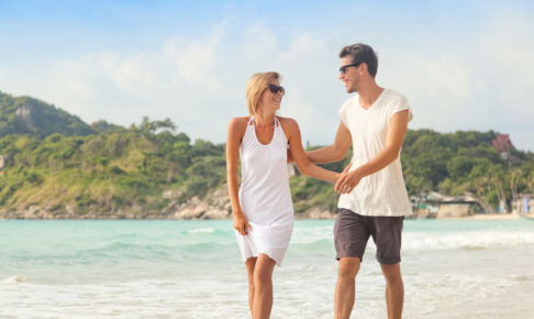 砂浜を歩いている男女