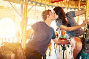 メリーゴーランドでキスするカップル