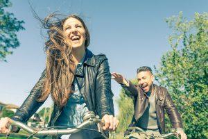 自転車に乗っている男女
