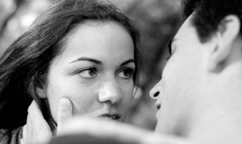 キスされて驚いている女