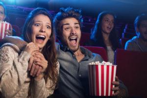 映画を見ている男女