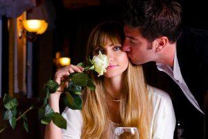 酔って女性にキスする男性
