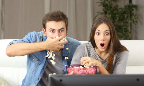 テレビを観て驚くカップル