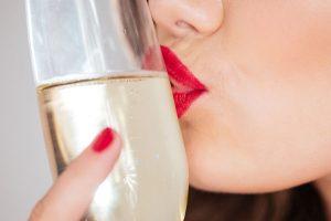 グラスにキスしている女