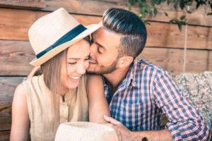女の頬にキスする男