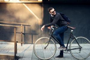 自転車に乗る男