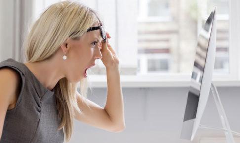 パソコンを見て驚く女