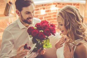 女に花を渡す男