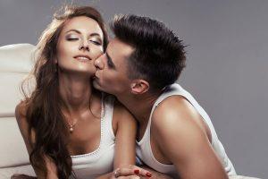 女にキスする男
