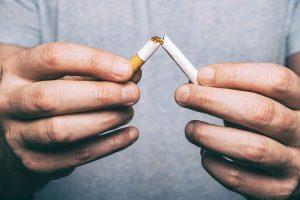 タバコを折る男