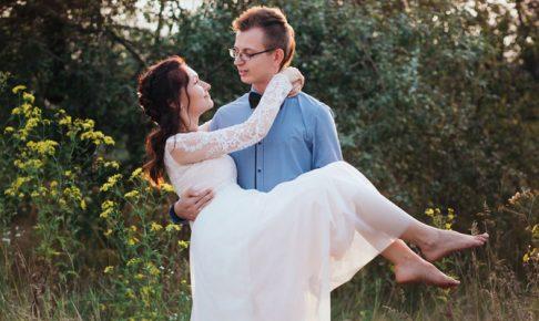 お姫様抱っこしているカップル