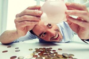 貯金を見ている男
