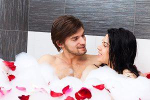 一緒にお風呂に入るカップル