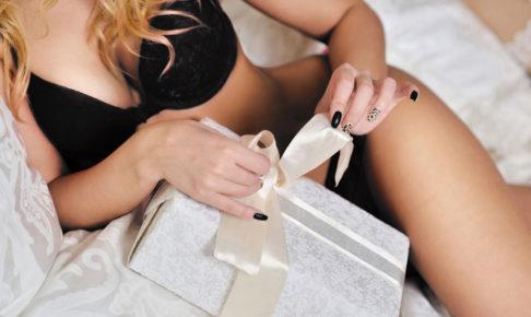 プレゼントを持つ女