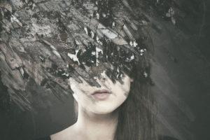 黒板に描かれた女の顔