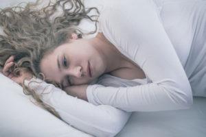 ベッドに横になる女